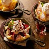 ドイツで昔から愛されるパンケーキ「カイザーシュマーレン」は、メープルシロップ、チョコレートベリー、ハニーアップルからお選びいただけます