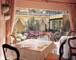 色とりどりの草花を眺めながら優雅に過ごせる『1階テーブル席』