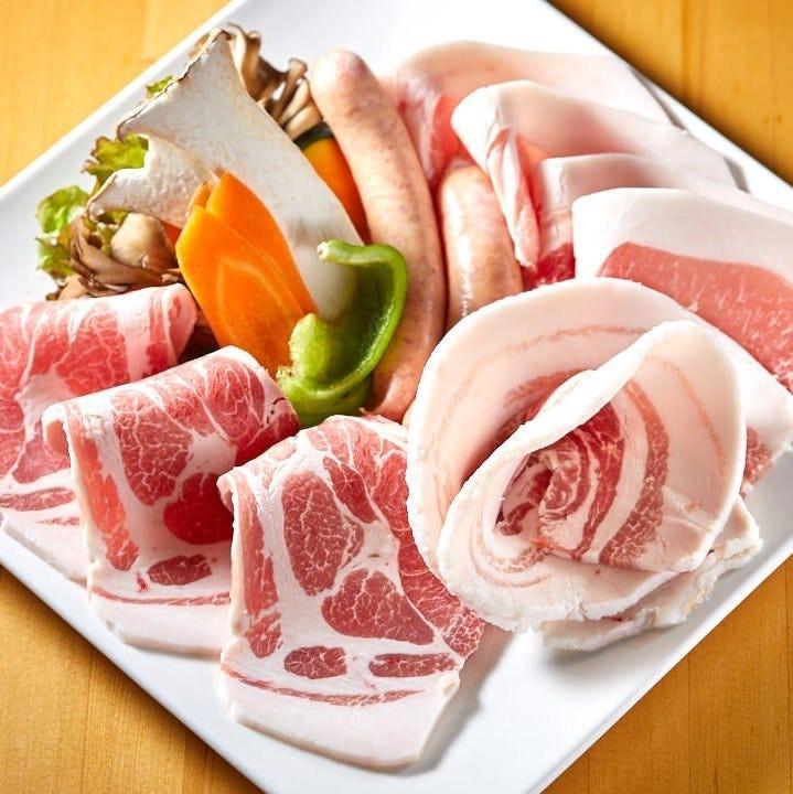 あぐー豚を盛り合わせで楽しめる。