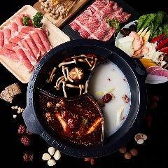 現代の「神湯」と呼ばれる薬膳を使用。9種からスープを選ぶ「薬膳火鍋しゃぶしゃぶ」
