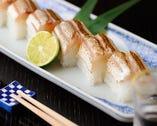 酒のあてにも、〆の一品にも。魚と米が奏でる鮨も自慢の1つ。実直な技が際立ちます。