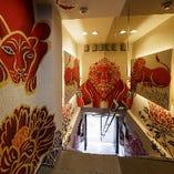 階段を登ると広がる紅と黒檀で彩られた牡丹や虎の幻想世界