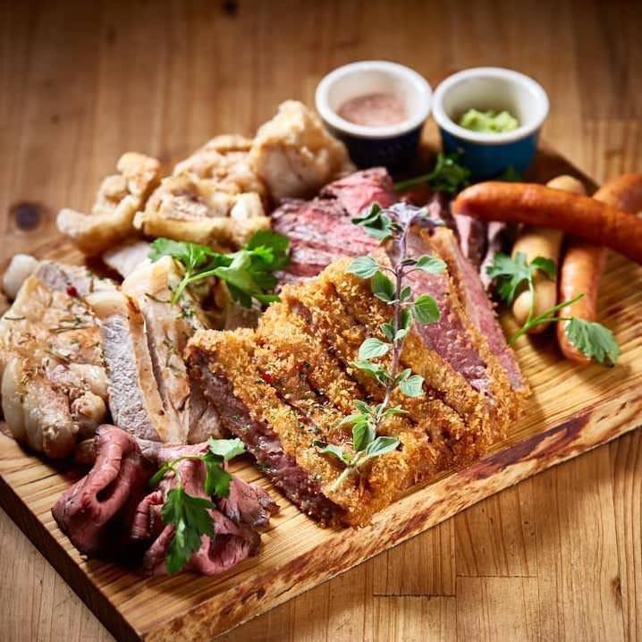 牛レアかつと日替わりのお肉を贅沢に盛ったボリューム満点の逸品