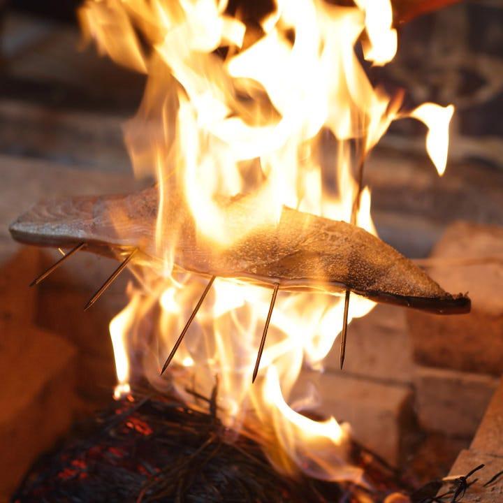 囲炉裏実演ワラで炙るカツオのタタキ