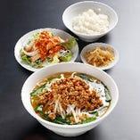 (辛いラーメンランチ)台湾ラーメンセット:台湾ラーメン+棒棒鶏+小ライス+漬け物
