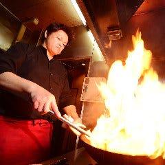 立ち上がる炎!躍動感溢れる調理場の雰囲気がダイレクトに!