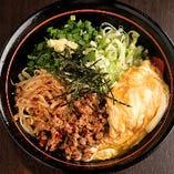 刈谷市にある「中川醸造」のまろやかで風味の良いたまり醤油で作るかえしに、ふわとろの北京飯の玉子、特製台湾ミンチをのせたココダケグルメ。:台湾まぜ北京(まぜそば)