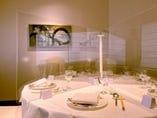 円卓の個室にアクリルパーテーションの設置が可能です。ご予約の際にご希望をスタッフにお伝えください。