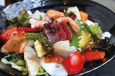 新鮮素材のサラダと揚げ物