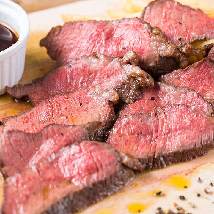 ほどける柔らかさ!時間をかけて低温で焼く「特選牛のステーキ」