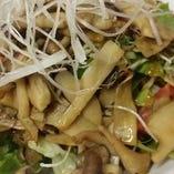 キノコいろいろペペロンチーノ風サラダ