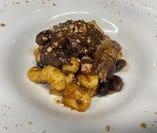 サツマイモのニョッキ 猪と黒豆のラグー