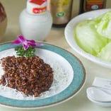 【当店名物】黒毛和牛ミンチの味噌炒めとレタス包み
