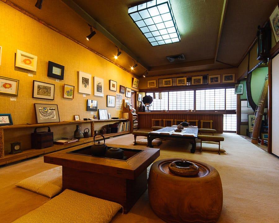 ◆2階の画廊には京都らしい芸術品を