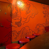真っ赤な壁画で明るい店内