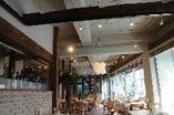 広々店内は既設パーテーションであらゆるパーティーにも仕切ったスペースに変更可能です。