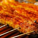 鰻は地下水で臭みを取り身を引き締め腹開で美味しく焼き上げます