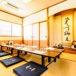 2階のお座敷個室【椿】は最大12名様まで。
