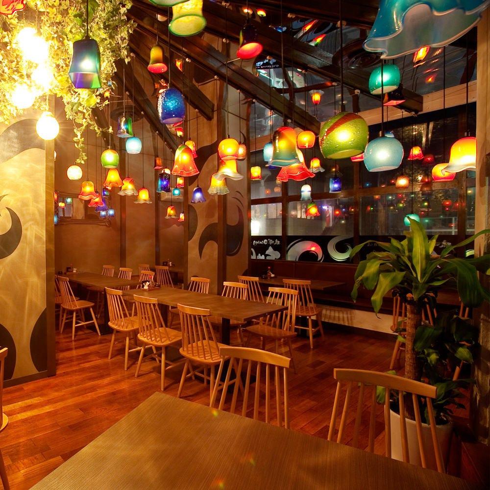 琉球ガラスが彩る雰囲気抜群の店内
