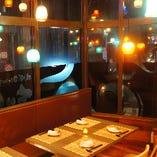 人気の窓際席からは国際通りの夜景を楽しみながら食事できます。