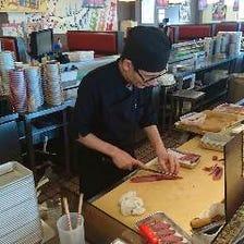 店内で新鮮なお魚を入荷、職人が調理