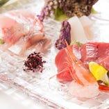 旬を迎え脂が乗った魚介はまずは刺身で。