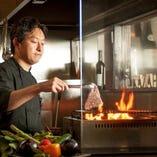 カウンター席は溶岩焼きなどの豪快な調理風景を目の前に、美味しくお酒が飲める席。