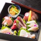 「本日の鮮魚盛り合わせ 玉手箱」は蓋を開けた瞬間、思わず笑みがこぼれるほど彩り美しく、鮮魚を繊細に盛り付けます。