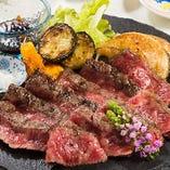 桜島溶岩で焼く「溶岩焼き」は、あれこれと手を加えず素材で勝負。新潟のブランド肉やA4等級以上の黒毛和牛などをご堪能いただけます。