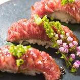あがの姫牛や黒毛和牛の炙り寿司も必食。ジュワッと溢れ出す肉汁と、新潟県産コシヒカリの粘りあるシャリとのハーモニーがたまりません。