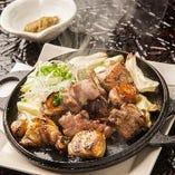 【赤鶏の炭火焼き】 鉄板焼かれた赤鶏は柚子胡椒を付けて!