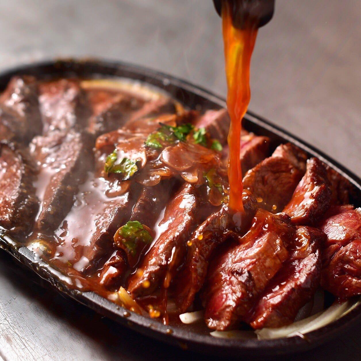 お肉のうまみを最大限に引き出す、自慢のHOTステーキソース!