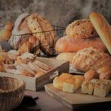 全てのランチのメニューパンビュッフェでパンが食べ放題付き!