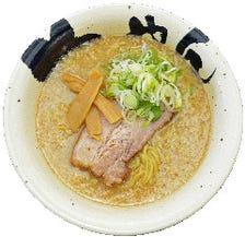 じっくり・丁寧に煮込む豚骨スープ