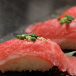 黒毛和牛の肉寿司はとろける食感と、和牛の脂の甘みを堪能