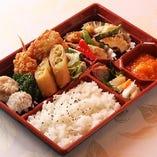 昭和53年創業の本格中華料理店の老舗「龍華園」。高級食材を贅沢に使用した本格中華から、ファミリーに合わせた定番中華料理まで幅広い層に好評いただいております。接待や会議用弁当の大好評でテイクアウトもデリバリーも受付しています。