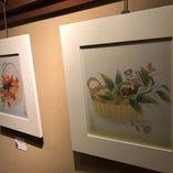 店内の『ふれあいギャラリー』コーナーでは、月替りでアーティストの作品を展示しております