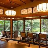 『円山の間』は、大きな窓からご覧いただける、苔むす石灯籠や高瀬川の景色が魅力です