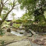 6メートル以上の長さを誇る、奈良の吉野岩(一枚板)を使用した一本橋