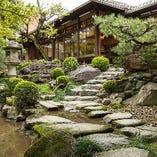 涼やかな川のせせらぎ音を作り出す『さざれ石』もお庭の見どころのひとつ