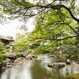 慶長十六年(1611年)、豪商 角倉了以の別邸として建築され、現在の『がんこ高瀬川二条苑』に至るまで、様々な著名人、資産家の別邸として脈々と受け継がれてきた風情と景観