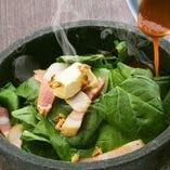 熟成ベーコンとほうれん草のあつあつ石焼きソテー <ジュ~><まぜまぜ> 熟成ベーコンがアクセントに。 熱々のうちに召し上がりください。