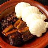 「鹿児島産皮付き豚バラの柔らか角煮 上海風(蒸しパン4個付き)」