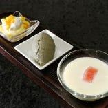 「杏仁豆腐、マンゴープリン、黒胡麻アイス、自慢のスイーツ三種盛り合わせ」