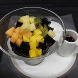 「レモン風味の黒糖シロップかけ台湾仙草ゼリー」