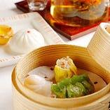 甜点心2種と鹹点心3種に中国茶が付いた「飲茶セット」