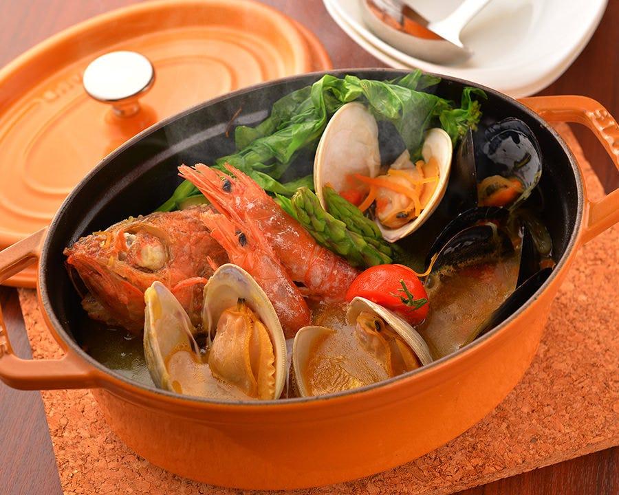 新鮮な魚介のブイヤベース!余ったスープでリゾットやパスタも!