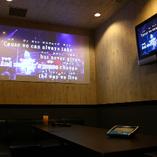 カラオケルームにはモニターが2台設置。プロジェクタールームもあるので、カラオケ以外にも、DVD鑑賞や動画鑑賞も楽しめます!