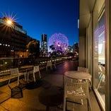 お店の外から見えるみなとみらいの夜景は最高♪素敵なひと時を♪