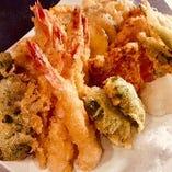 「旬の天ぷら盛り合わせ」こだわりの塩でお召し上がりください。